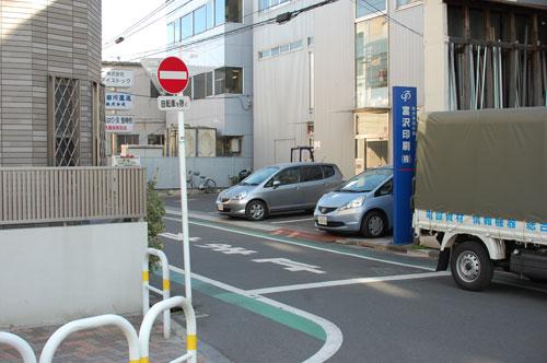 交番を過ぎ左を向いて頂くと2またに分かれた道がございます。